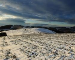 Zima neuberá čaro bielokarpatským kopcom. Vlnia sa a dýchajú chladom.