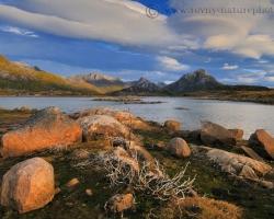 Mnohým miestam v blízkosti fjordov dodávajú typický charakter roztrúsené žulové kamene, ktoré tam ponechali ustupujúce ľadovce.