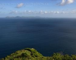 Výhľad z pevnosti nad hlavným mestom Kingstown na ostrov Bequia.