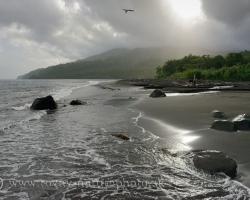 Keď slnko prebleskne oblakmi zhora, dotkne sa kameňov piesku aj sopečných kopcov čo trčia z mora.