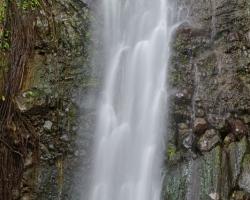 Teplý vzduch teplý dážď teplý vodopád. Môžeš pod ním stáť, nechať sa polievať masírovať láskať až ťažko polapiť dych v prúdoch striebornej vody.