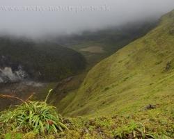 Ešte pohľad späť a rozlúčka so sopku La Soufriere jej horúcim jadrom krátera i blatistým jazerom.