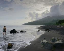 Vôňa tropického ovzdušia, dotyk čierneho piesku, pohladenie šeptajúceho mora, lúče v oblakoch - Karibik