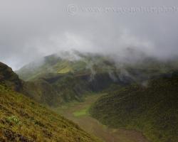 Pohľad do krátera činnej sopky La Soufriere z výšky 1234 m.n.m na ostrove Saint Vincent. Kamenný útvar - kupola vpravo vznikla vytlačením lávy pri erupcii v 1971 roku.