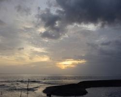 Len jemne z času na čas zčerí vetrík večernú hladinu Karibského mora.