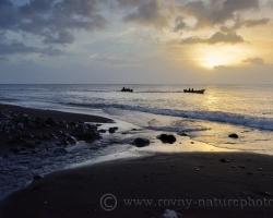 Zapadajúce slnko otáča k obydliam aj rybárske člny