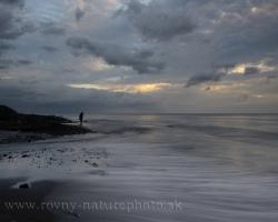 Len tak si tam stojíš, prsty sa zabárajú do čierneho piesku a more sa iba lenivo prevaľuje z vlny na vlnu. Každým nádychom ťa objíma Karibik.