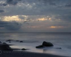 Len pomarančové odtiene oblakov prezrádzajú kde v Karibiku chodí slnko spať. Do modoršedých večerných šiat navliekol sa teraz ostrov St.Vincent ako už nespočetne krát.