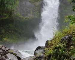 Nebezpečný prudkými vírmi je tento tajomný vodopád Trinity.