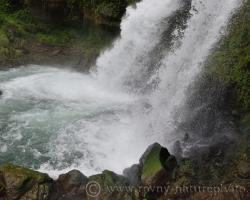 Ľudia pritiahnutí krásou vodopádu často platili životom za svoju neopatrnosť.