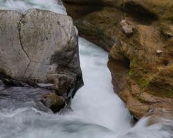 Nie menej nebezpečné sú aj prudké prúdy pod kotlom vodopádu.