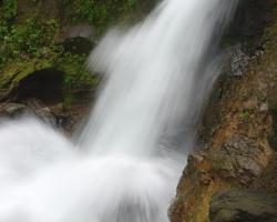 Kotol pod vodopádmi sa vzdúva, pení - plný zradných vírov.