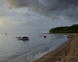 Rybárske člny v zálive.