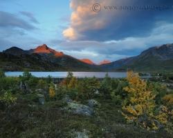 Ranné lúče pohládzajú končiare hôr červeným svetlom spoza fjordov. Rozvidnieva sa nad scenériami záhrad plných pestrofarebného lístia s ktorým sa pohráva nezbedný vetrík. Vo vzduchu aj každom nádychu cítiť nostalgiu ochdádzajúcej jesene a približujúcu sa zimu.