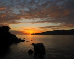 Mĺkvo stoja tmavé kamene v mori, počúvajú jeho šum. Voda šumí o spánku o novom krásnom dni.