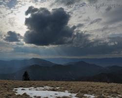 Aprílový ohriaty vzduch dolín sa zráža nad Borišovom na tmavé mračná. Je úžasné tam stáť a pozerať na to predstavenie oblakov a tvarov vôkol.