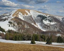 V dolinách kvitnú čerešne, ale malebné vrcholy Veľkej Fatry majú v apríli strakatý snehový šat.