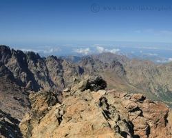 Úchvatný je pohľad z Monte Cinto, vidieť plesá, štíty, more i periny oblakov hlboko pod nohami.