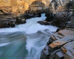 Na jeseň sú vody rieky Abeskoaetnu čisté a kamenné dno rieky v kaňone svieti aj z niekoľkometrových hlbočín.