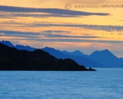 Horské chrbty Lofotov zvažujúce sa v rannom opare do hlbín Atlantiku a pomarančové zore so sviežim vetríkom napĺňali báječnými pocitmi prítomnosť