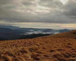 Posledné novembrové dní na hrebeni Veľkej Fatry ponúkajú aj farebné koberce tráv učesané vetrami, ktoré sa divo preháňajú po kopcoch bez stromov. Hmly v údoliach len tíško sedia a prizerajú sa predstaveniu vysoko na holiach.