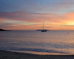 Hladina mora ako obrovské tiché zrkadlo nedozierneho jazera, obloha hrá teplými farbami neskorého leta aj to je obraz podvečernej Korziky