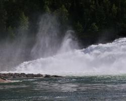 Voda veľkej rieky sa valí cez vysoký zlom. Masy dunia a vodná tirešť sa so sykotom dvíha vysoko k obzoru