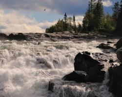 Ďaľší obrázok zachytáva časť zlomu, veľkej prirodzenej prekážky pre ťah lososov na mohutnej severskej rieke