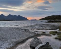 Prebudenie do chladného severského rána prínášalo zvyčajne pestrú paletu farieb oblohy a vôd fjordu spolu s čerstvým vetríkom, ktorý obrazmi čeril hladiny vôd.