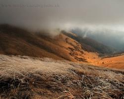 Belavé polia omrznutých tráv, chuchvalce hmly ponáhľajúce sa ktovie kam v poryvoch vetra a štrbinou presiaknutý slnečný lúč, aj to sú novembrové fatranské hôľne vrcholy.