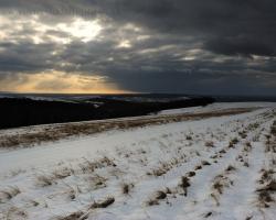Stíchnli holé kopce pod tmavými mrakmi, len pohvizdujúci vietor si hudie svoju zimmnú pieseň.